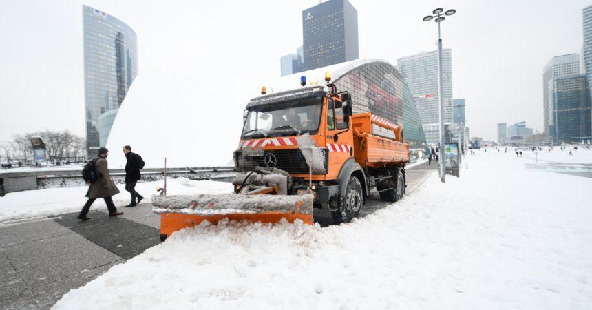 Chutes de neige : cinquante tonnes de produits fondants pour traiter la dalle