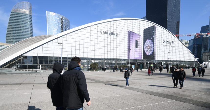 Les nouveaux Galaxy S9 et S9+ de Samsung s'affichent en très grand format sur le Cnit