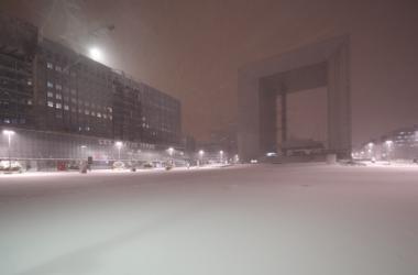 En images : une nuit à La Défense sous la neige