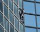 Alain Robert, le Spider-Man français grimpe la tour Total en une heure