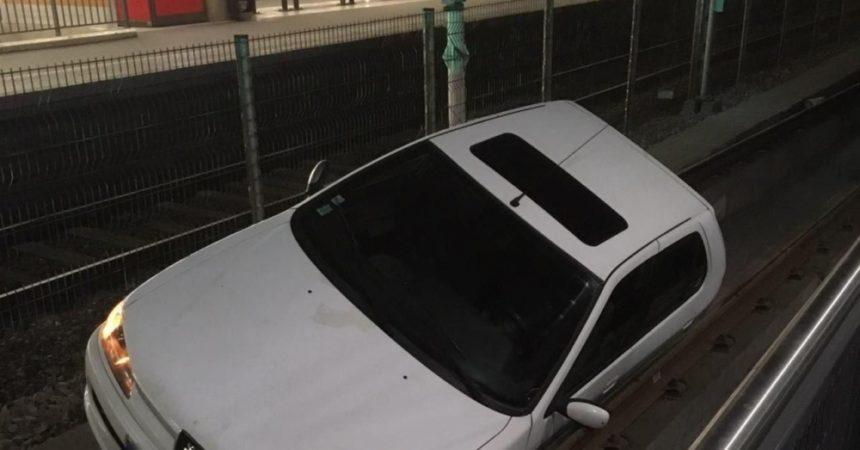 Une voiture termine sa course dans la gare du tramway de La Défense