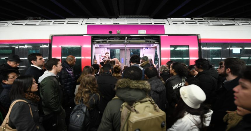 Le début des vacances s'annonce musclé à Paris — Grève SNCF