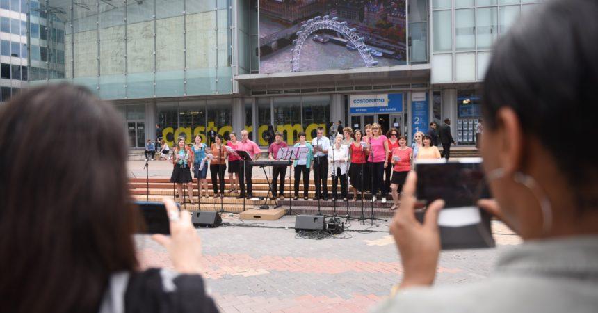 Sur la dalle de La Défense, les chorales d'entreprises poussent la chansonnette