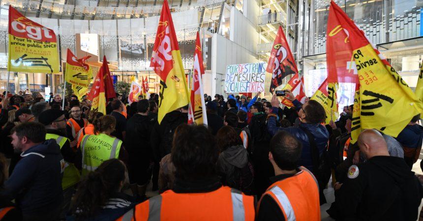 En colère les cheminots se rendent devant les bureaux de la SNCF à La Défense