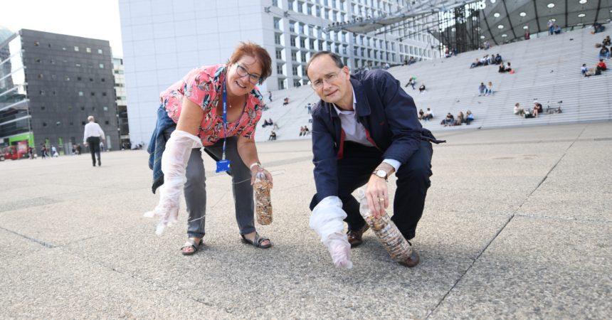 Avec des salariés de La Défense la secrétaire d'État Brune Poirson part à la chasse aux mégots