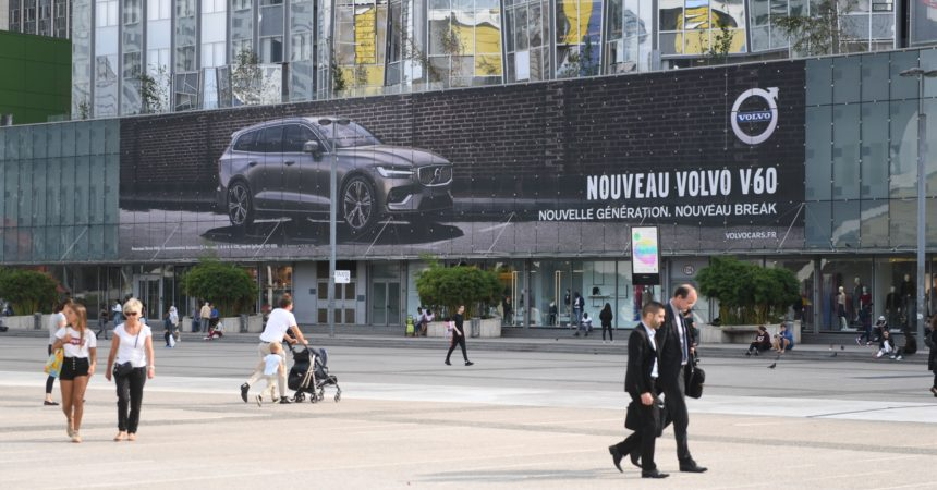 Le nouveau V60 de Volvo s'affiche en grand sur la façade des 4 Temps