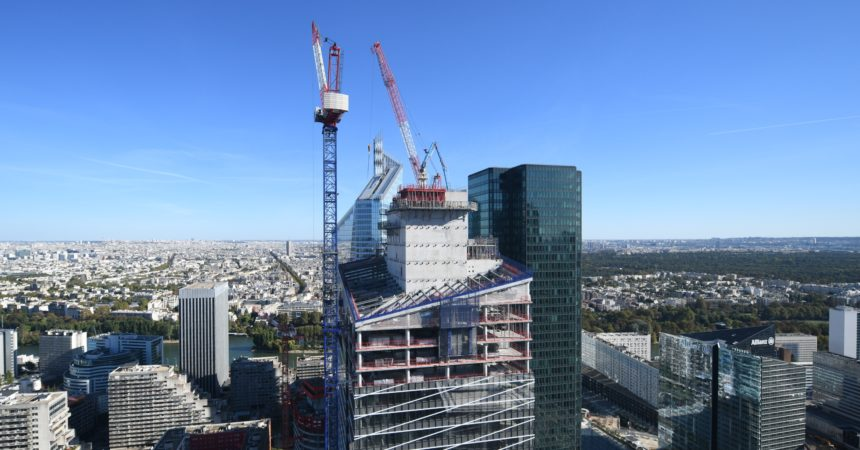 La tour vitrine de Saint-Gobain perce la skyline de La Défense