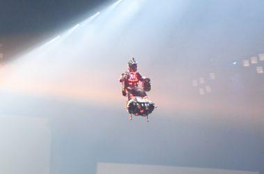 Franky Zapata, l'homme volant, fait sensation au Supercross de Paris