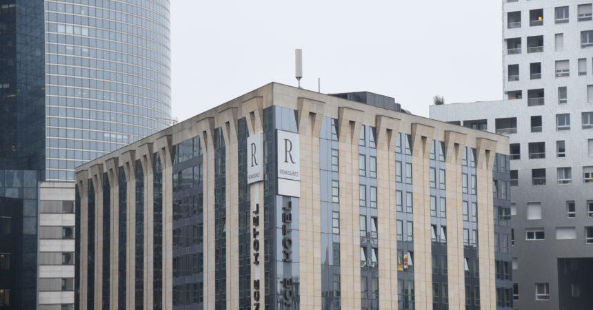 Free installe une antenne 4G sur le toit de l'hôtel Renaissance