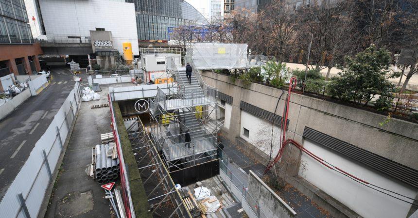 Un escalier provisoire pour relier la place de la Coupole à la gare de La Défense