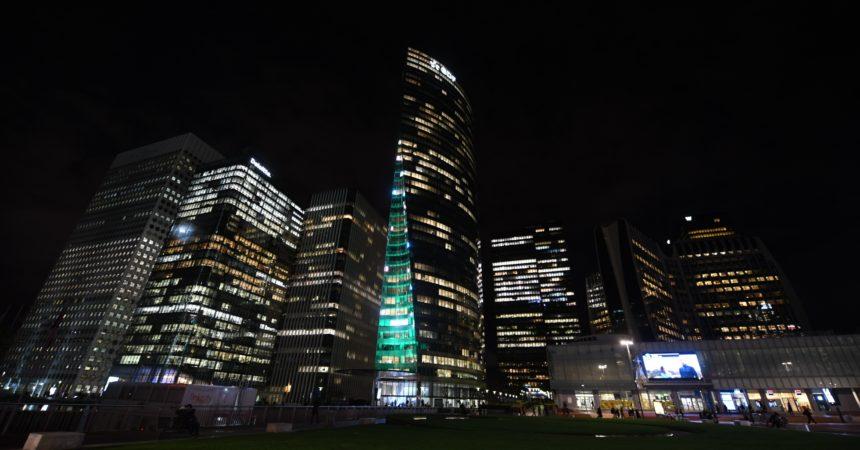 Un sapin géant pour illuminer la Tour d'EDF
