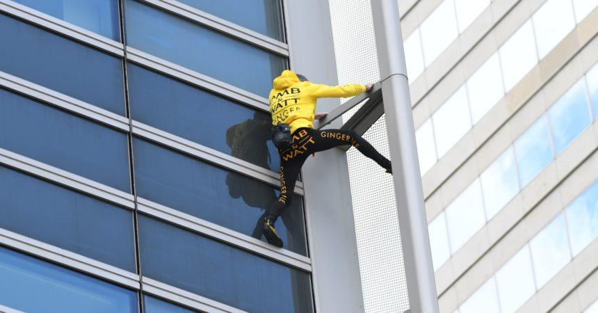 Alain Robert gravit les 185 mètres de la tour Engie en 45 minutes