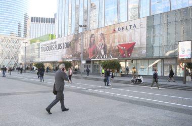 Delta Airlines fait la promotion de sa liaison vers les États-Unis sur la façade des 4 Temps