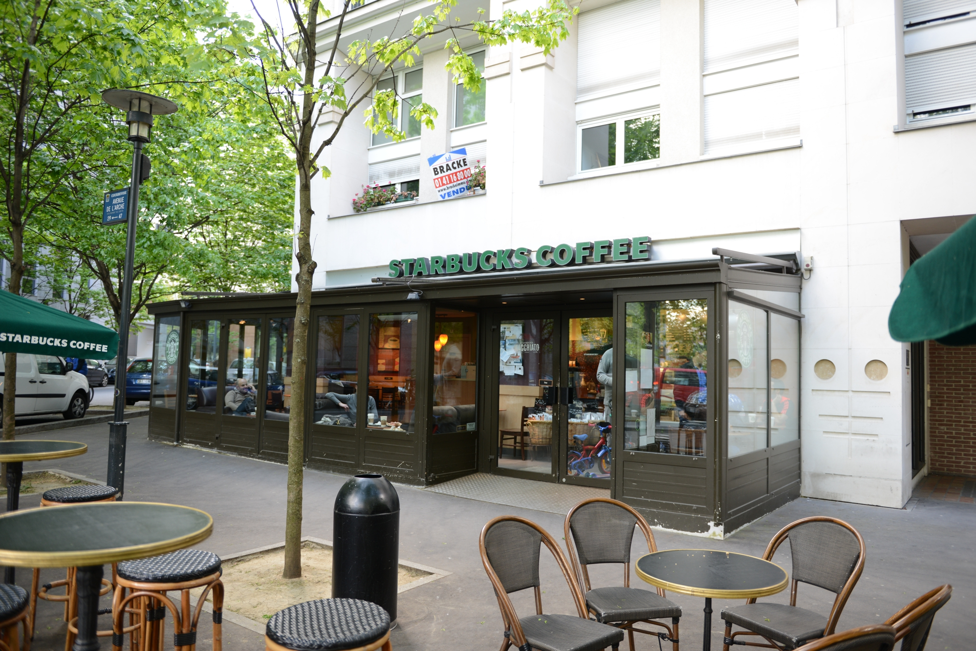 le starbucks du faubourg de l arche d sormais ouvert le dimanche defense. Black Bedroom Furniture Sets. Home Design Ideas