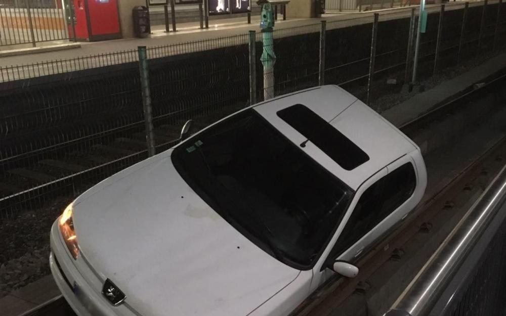 une voiture termine sa course dans la gare du tramway de la d fense defense. Black Bedroom Furniture Sets. Home Design Ideas